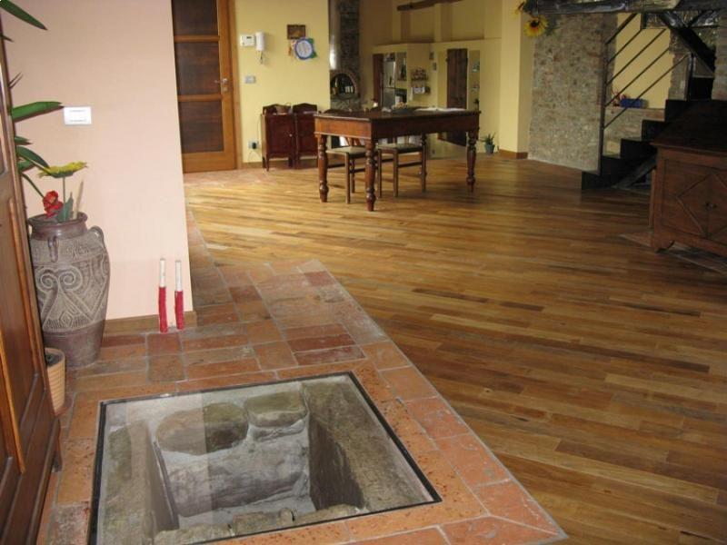 casale-in-campagna-pavimento-realizzato-in-teak-di-recupero