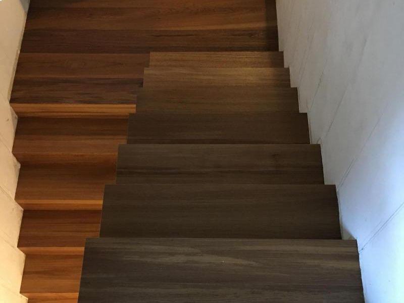 abitazione-privata-scala-rivestita-in-legno-teak-burma